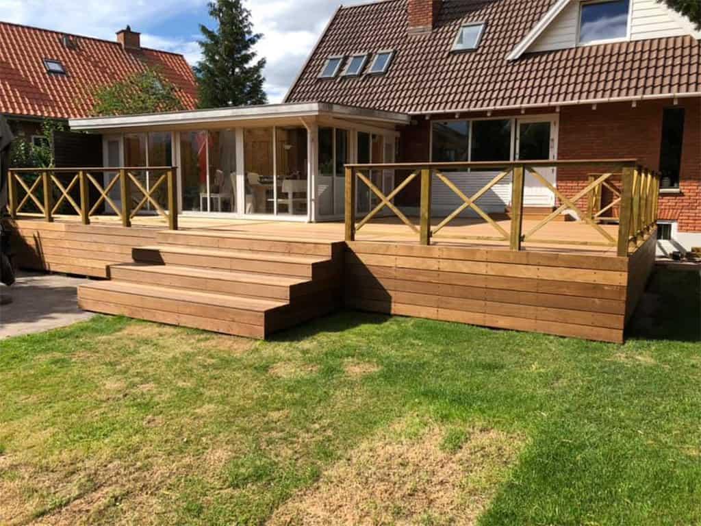 hus med ny terrasse i træ med trappe