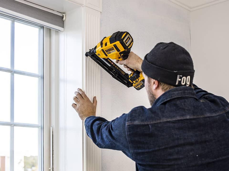 tømrer og snedker opsætter vinduer og vindueskarme